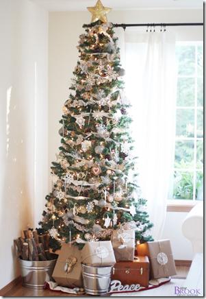 новогодняя елка декорированная в белом цвете