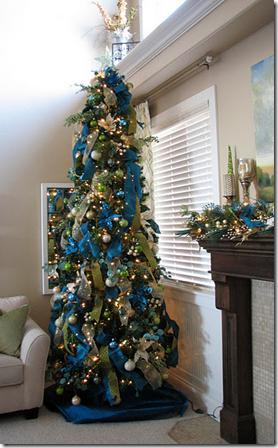 новогодняя елка декорированная синими и зелеными лентами