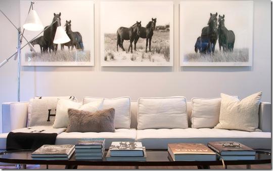 черно-белые фотографии лошадей в гостиной над диваном