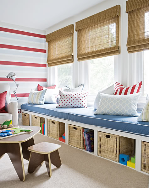 Диван под окном между стеллажами в детской красный синий белый