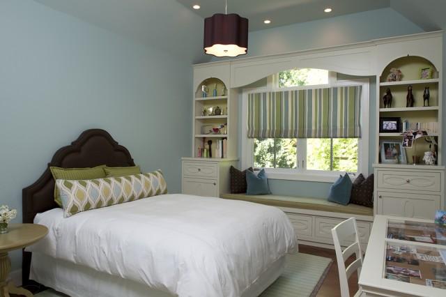Диван под окном между стеллажами в спальне