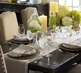 сервировка стола стеклянные бокалы белые цветы на длинной салфетке