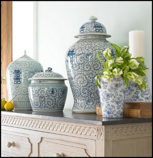 белые с синими узорами вазы