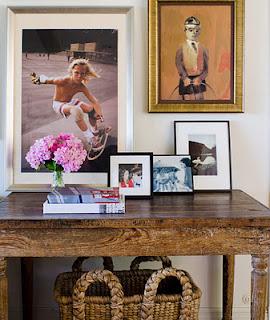 разноформатные фотографии в рамках на столе и картинка на стене