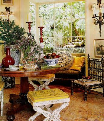 пышная декоративная постановка с цветами, подсвечниками, вазами на круглом столе