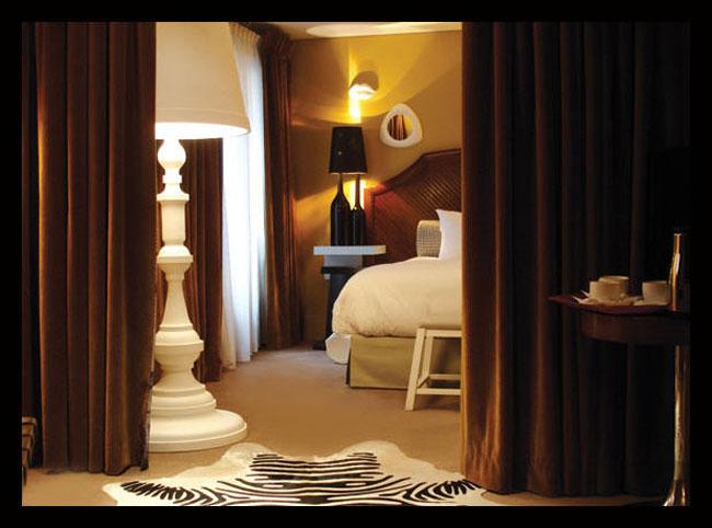 спальня с торшером-лампой дизайнера Тристана Ауэра