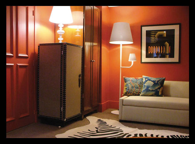 комната в оранжевом цвете дизайн Тристан Ауэр