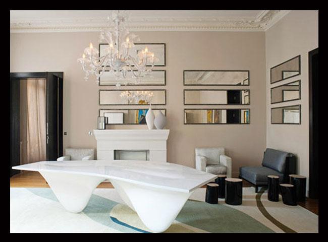 интерьер гостиной с зеркалами дизайнера Тристана Ауэра