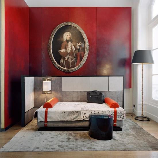 кушетка красные панели стен дизайн Тристан Ауэр