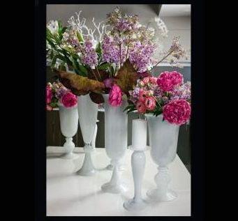 разные искусственные цветы VG в белых вазонах на выставке Meson&Objet
