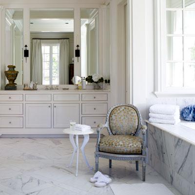 Французское кресло и мрамор в ванной комнате в парижском стиле
