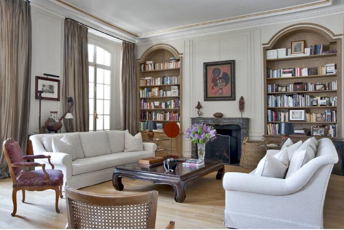 Парижский стиль в гостиная, вид на книжные шкафы