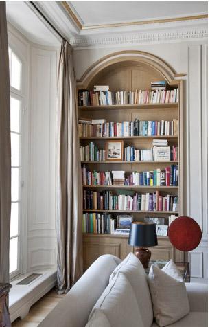Книжные полки в нише в кабинете в парижском стиле