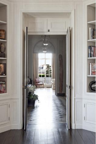Встроенные шкафы вокруг двери в коридоре в парижском стиле