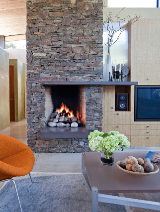газовый камин с фасадом, облицованным серым камнем