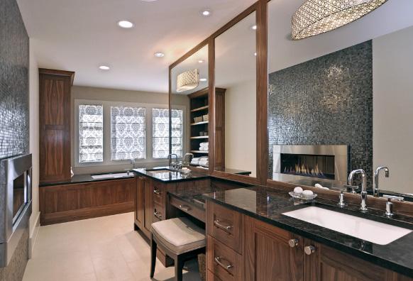 газовый камин в ванной комнате с деревянной мебелью