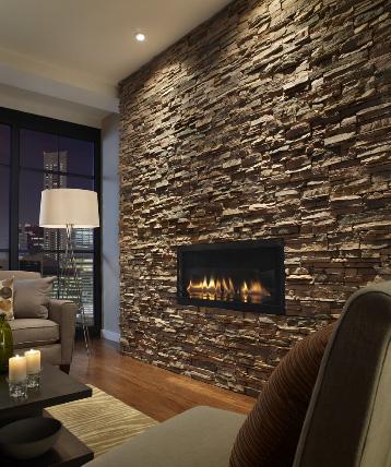 газовый камин в стене, облицованной камнем