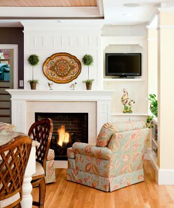 газовый камин и кресло в классическом интерьере гостиной