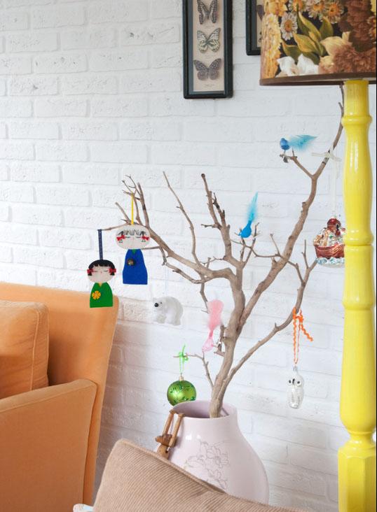 ветка с простыми бумажными игрушками