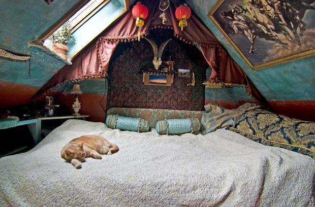 Кровать с балдахином в мансарде в индивидуальном интерьере