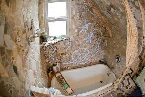Необычная ванная комната в индивидуальном интерьере, выложенная крупной мозаикой