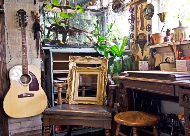 Индивидуальный интерьер комнаты, гитара и рамки.