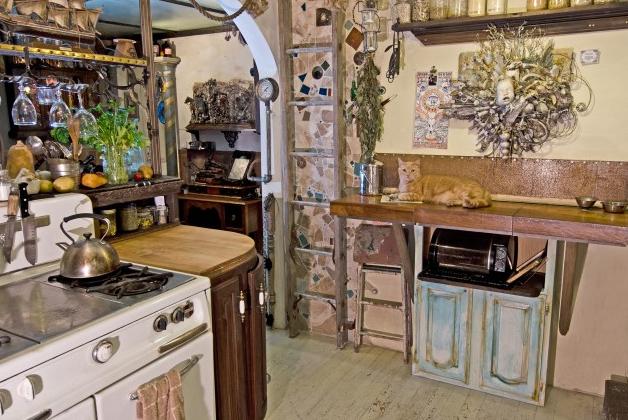Индивидуальный интерьер кухни декорированной мозаикой