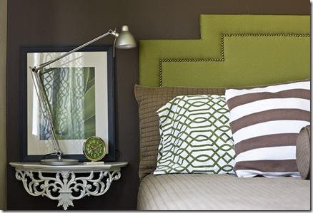 белыи и серые подушки на зеленом тканевом изголовье