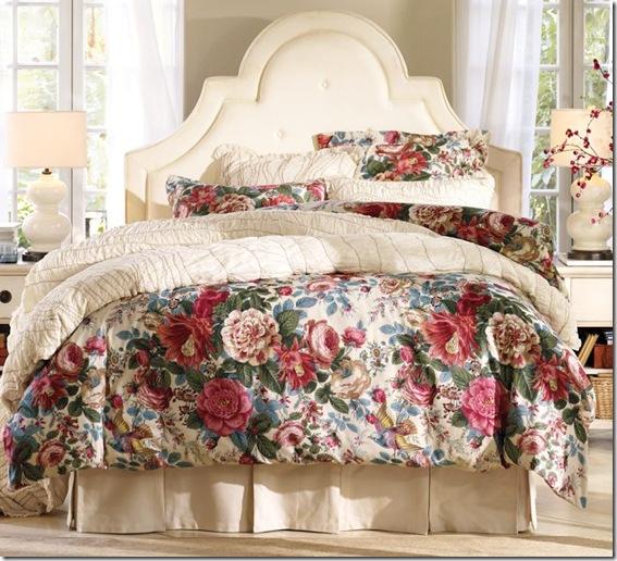 изогнутое белое тканевое изголовье кровати