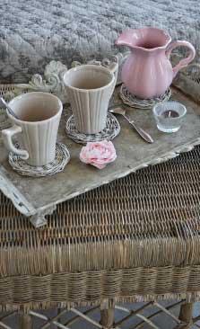 Декор в стиле прованс в интерьере - цветочная ткань, старый поднос, керамика, плетение