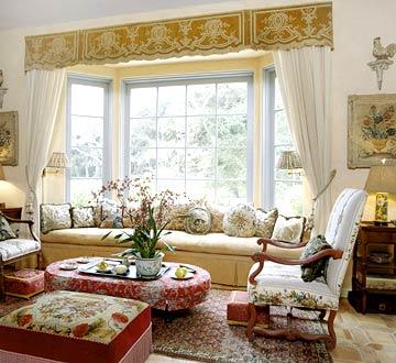 Интерьер гостиной в стиле прованс с желто-красным тестилем