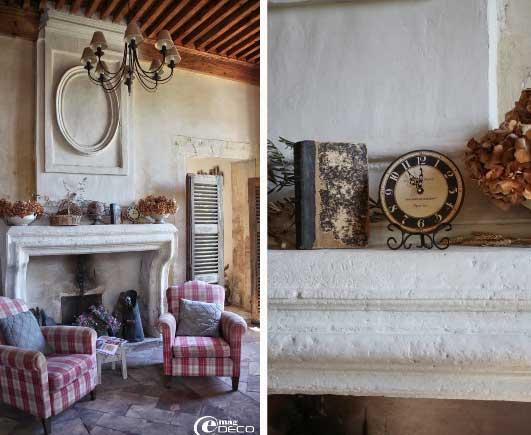 Кресла в клетку и большой камин в интерьере гостиной в стиле прованс