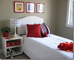 яркие акценты красная подушка в спальне