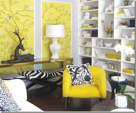 желтые обои, черный рисунок на текстиле