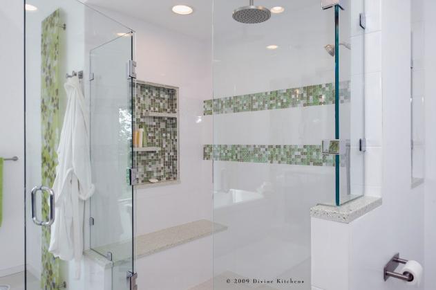 мозаичные вставки на стене за стеклянным ограждением душевой кабины