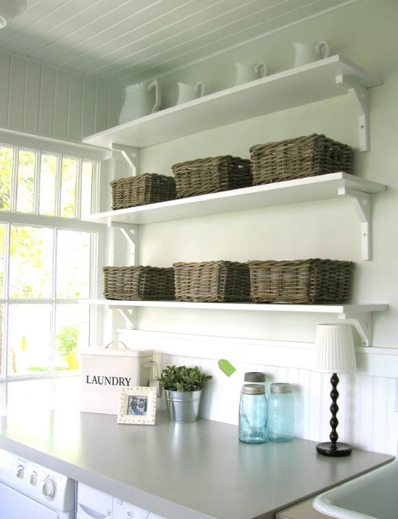 открытые полки в постирочной и корзины для хранения