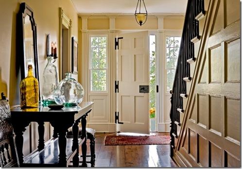 холл и лестница в традиционном американском загородном доме
