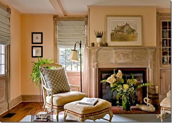 дамская гостиная в пастельных тонах с камином