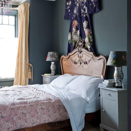 Кимоно на стене в серо-голубой маленькой спальне