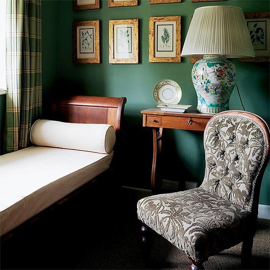 Темно-зеленый цвет в гардеробной маленького помещения