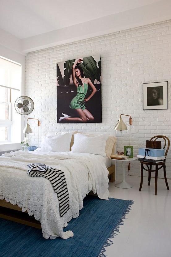 белая кирпичная стена в спальне современно и стильно