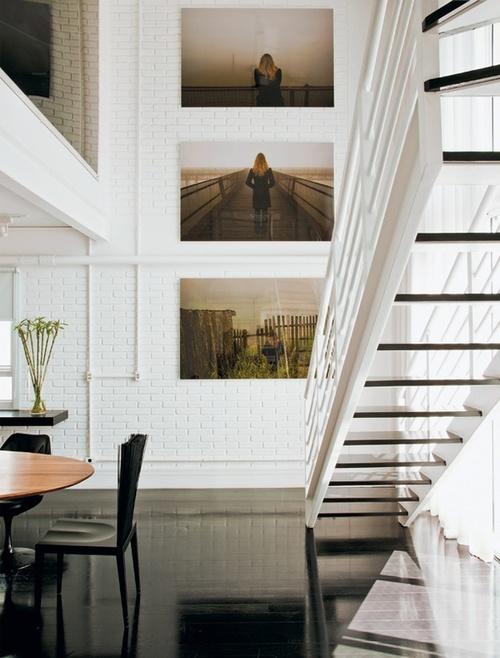 белые кирпичные стены в большом пространстве