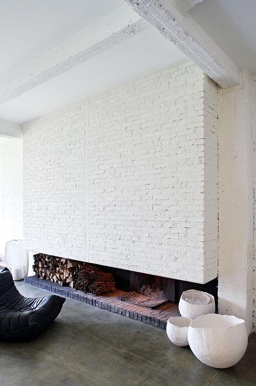 белый крашенный кирпич в отделке большого камина