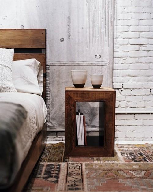 участки белой окрашенной кирпичной стены в спальне