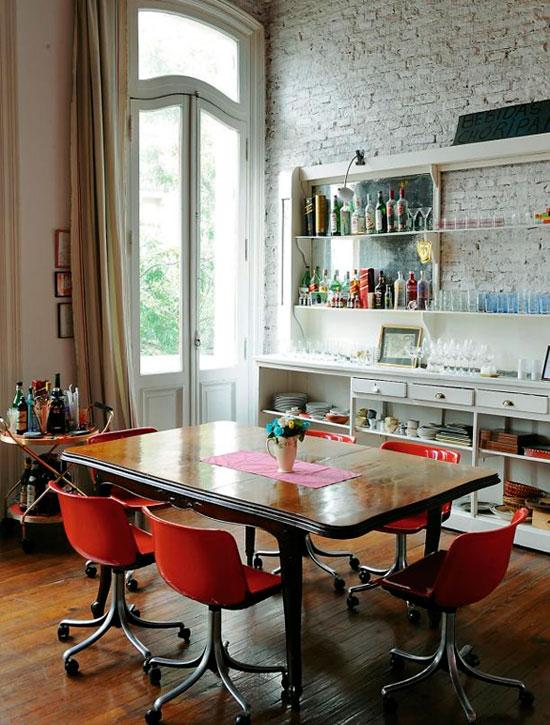 окрашенный винтажный белый кирпич в интерьере с современной мебелью