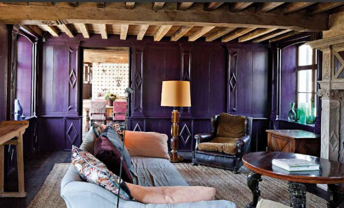 Старые балки, серый камень и фиолетовые стены для бельгийского интерьера
