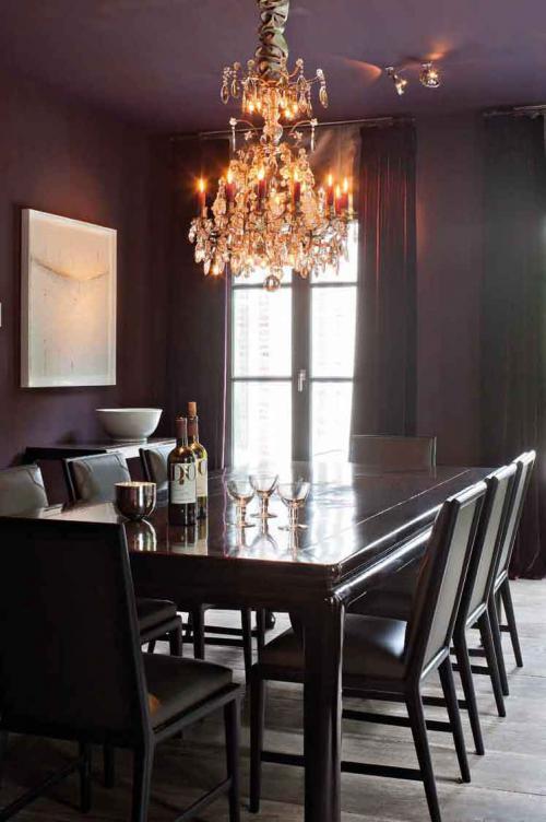 Темно-фиолетовые стены в бельгийском интерьере столовой