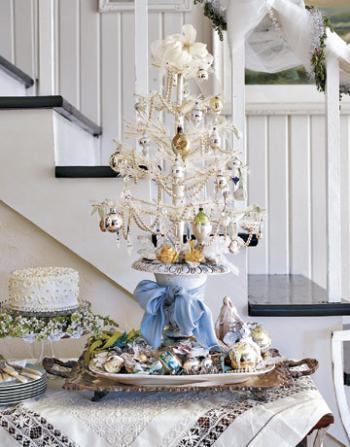 белое рождественское дерево на столе