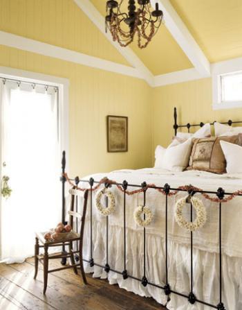 рождественский декор в спальне - гирлянды и венки на изножье кровати