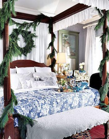 рождественский декор в спальне - гирлянды у кровати